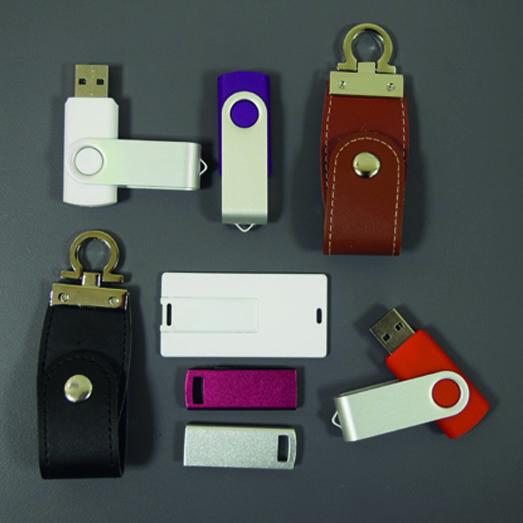 Divers modèles de clé USB. Formes classiques, en cuir et carte dé crédit.