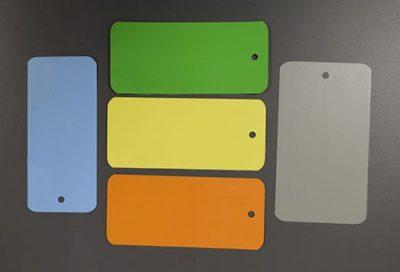 Étiquettes PVC de différentes couleurs et formats, sans impression.