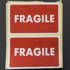 """Etiquette de signalisation imprimée de la mention """"FRAGILE""""."""