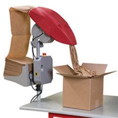 Voici une machine de calage et protection en papier. Ici on voit la machine fixé à la table, sont papier sort et rentre directement dans le carton.