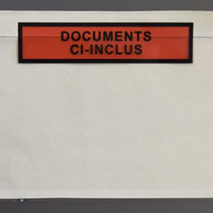 "Pochette porte document imprimée ""documents ci-inclus""."