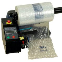 Voici une machine de calage et protection à bulle, ici on voit qu'elle remplit le rouleau de film d'air et soude certaine partit.