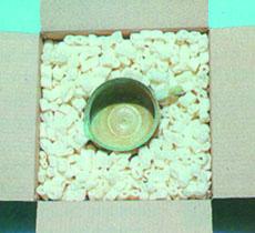 Voici des chips ou particules de calage, dans un carton avec un objet à caler.