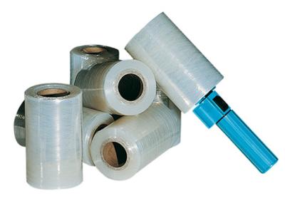 Ici vous pouvez-voir plusieurs rouleaux transparent de mini bobine de film étirable, dont un monté sur un dévidoir bleu qui permet d'être tenu à une main.