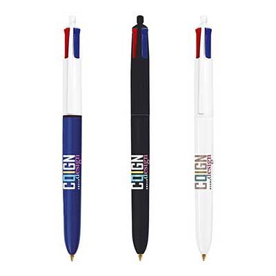 Le stylo bille BIC 4 couleurs à encre rouge, noire, bleue et verte est présenté sur cette image. Il est décliné en 3 exemplaires : un au corps bleu et blanc, un au corps entièrement noir et un au corps entiérment blanc.