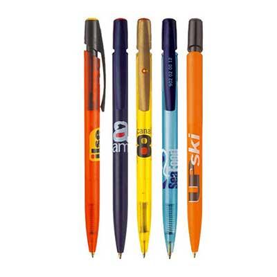 Le stylo bille BIC MEDIA CLIC personnalisable est représenté en 5 versions sur cette image. Deux modéles oranges, deux modéles bleus et un modéle jaune. Ils sont tous imprimés d'un logo d'entreprises diverses.