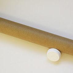 Tube postal carton kraft brun et ses couvercles blancs.