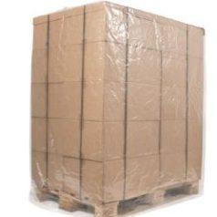 Découvrez notre produit housse palette polyethylene basse densite qui protegera votre palette aussi bien à l'intérieur qu'à l'extérieur. Ici se trouve une palette avec des cartons et une housse transparente posée par-dessus.